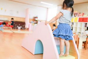 保育室は自然素材を用いており、子どもたちが自分の居場所と感じられる環境や、想像力を発揮してのびのびと過ごせる環境づくりをしています。毎日の生活の中で国産間伐材のヒノキをふんだんに使用した家具やオリジナル遊具の暖かな感覚に触れながらのびやかに過ごしてほしいと願っています。
