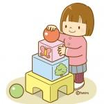 積み木で遊ぶ女児