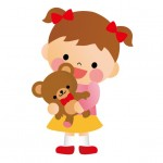 ぬいぐるみを抱く保育園児