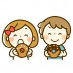 ドーナツを食べる園児の男の子と女の子