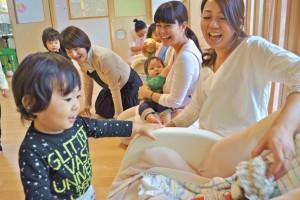 人形で遊ぶ子ども