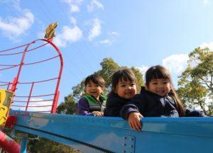 滑り台で仲良く遊ぶ子ども達