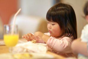 手づかみで食事をする女の子