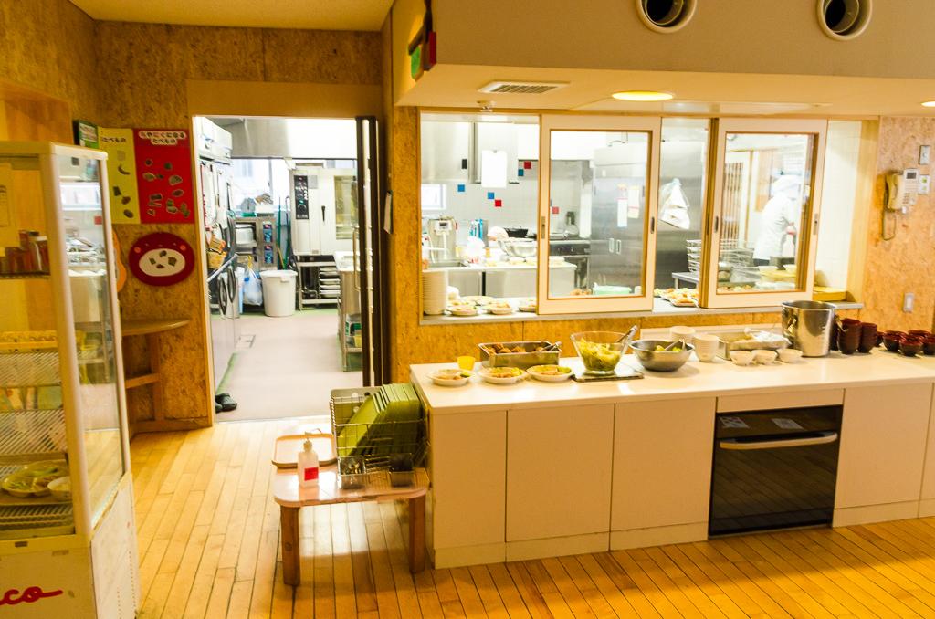 窓を大きくとった調理室
