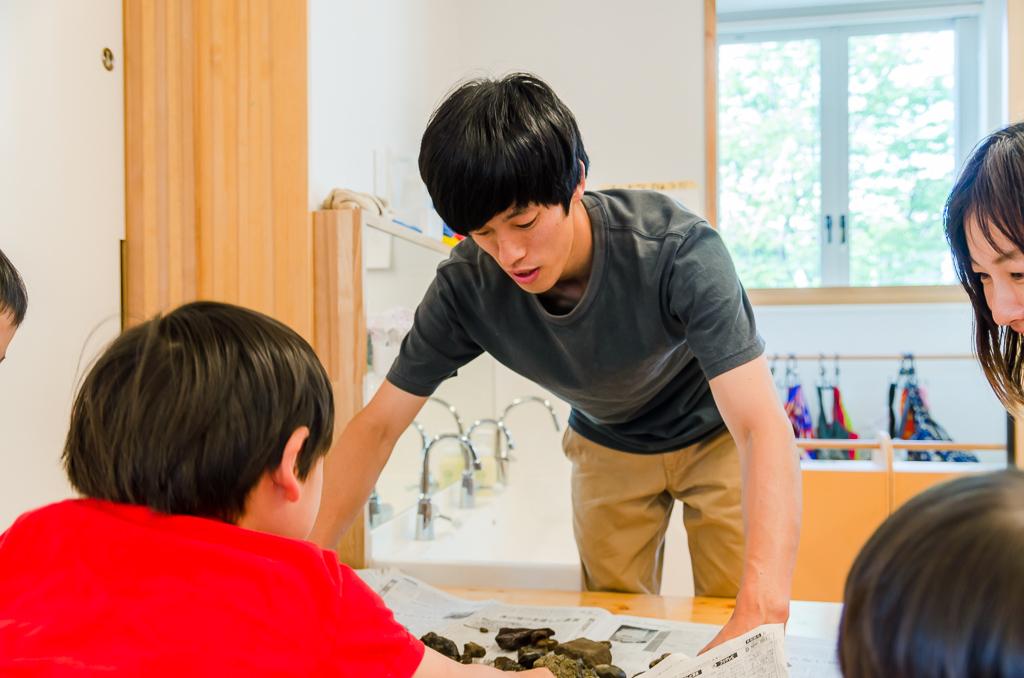 子どもと対話する山田さん