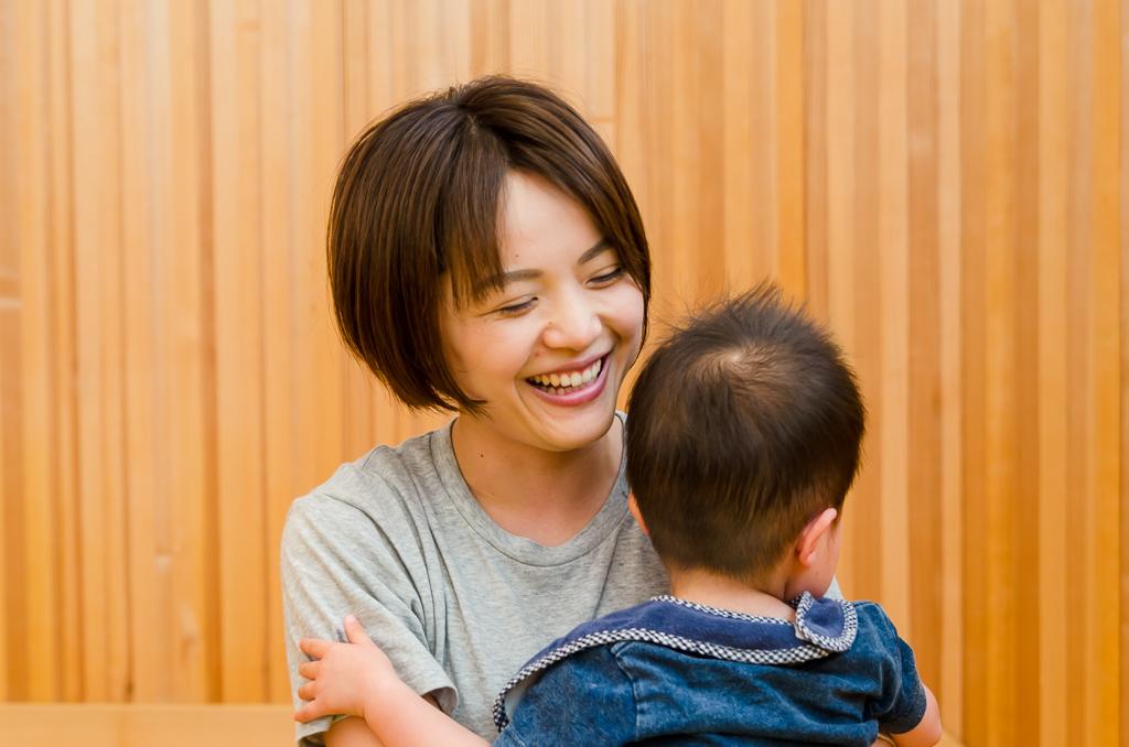 子どもを抱っこする古澤さん